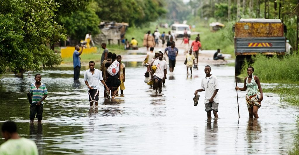Oversvømmet vej i Mozabique