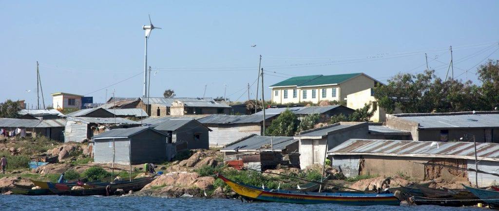 Her ses den opførte testmølle på Ndeda Island, der er en 6kW bagløber fra SD Wind Energy installeret i et eksisterende 9kW PV/batteri mini-grid.