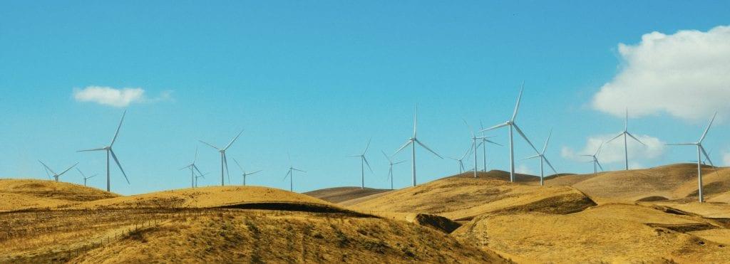 Investeret i den grønne energi med vindmøller